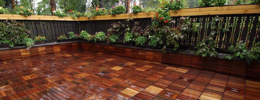Garden flooring made of larch.